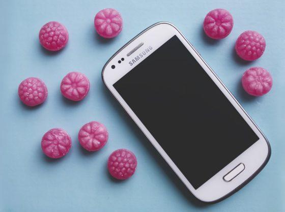 crédit photo: https://pixabay.com/fr/photos/rose-candy-sucre-blanc-smartphone-791315/